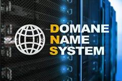 Dns - система доменных имён, сервер и протокол Интернет и концепция цифровой технологии на предпосылке комнаты сервера стоковые изображения rf