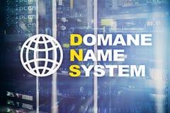 Dns - система доменных имён, сервер и протокол Интернет и концепция цифровой технологии на предпосылке комнаты сервера стоковое фото rf