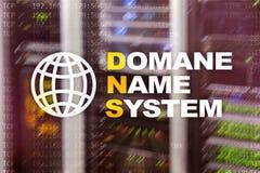 Dns - система доменных имён, сервер и протокол Интернет и концепция цифровой технологии на предпосылке комнаты сервера стоковые изображения