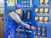 Doświadczony operator usługi benzynowego bojleru wyposażenie fotografia stock