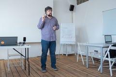 Doświadczony pracownik konsultuje nowych specjalistów Kreatywnie osoba opowiada widownia Mówić widownia w sali lekcyjnej zdjęcie stock