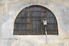 dołączający domowy pobliski stary priso szpaczka okno zdjęcie stock