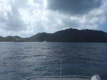 Dołączony prom pływa statkiem w Bequia kanale zbiory