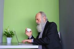 Doświadczeni biznesmeni przechodzić na emeryturę komunikują przez skype używać gad Zdjęcia Stock