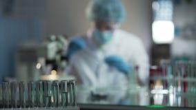 Doświadczeni chemicy rozwija wysokiej jakości kosmetyki w kosmetologii laboratorium zbiory wideo