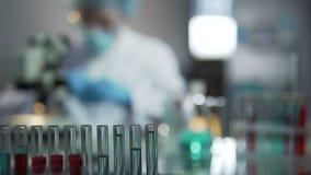 Doświadczeni wirusolodzy prowadzi przesiewanie próbki krwi wynajdowć szczepionki zbiory wideo
