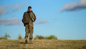Doświadczenie i praktyka pożyczamy sukcesu polowanie Łowiecki hobby Facet natury łowiecki środowisko Łowiecki broń pistolet lub obraz royalty free