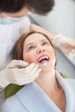 Doświadczona męska stomatologiczna lekarka taktuje jego pacjenta Obrazy Royalty Free