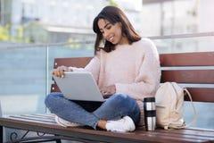 Doświadczona opromieniona dziewczyna używa technologię dla komunikaci Obraz Stock