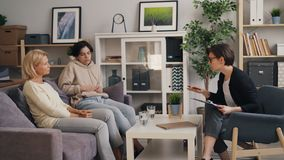 Doświadczonego psychoterapeuty rodziny ordynacyjna matka, nastoletni w biurze i