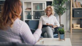 Doświadczony żeński psycholog opowiada emocjonalna otyła kobieta w biurze