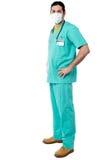 Doświadczony chirurg z rękami na jego talii Zdjęcie Royalty Free