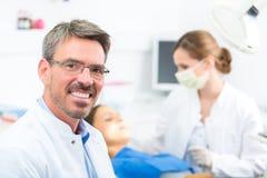 Doświadczony dentysta w jego operaci Obraz Royalty Free