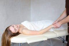 Doświadczony faceta lekarz ręcznie stosuje ręczną masaż metodę zdjęcie stock