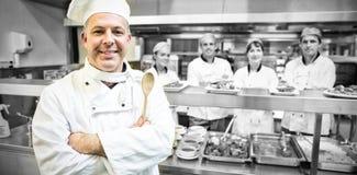 Doświadczony kierowniczy szef kuchni pozuje dumnie w nowożytnej kuchni Obrazy Stock