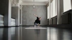 Doświadczony młody Hip-hop tancerza taniec w budynku Hip hop kultura zdjęcie wideo