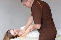 Doświadczony medyczny męski specjalista z delikatnymi ruchami robi h Zdjęcie Royalty Free