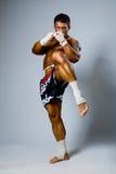 Doświadczony myśliwski kickboxer kopnięcie. Obrazy Royalty Free