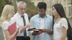 Doświadczony nauczyciel opowiada z uczniami o przyszłościowym badaniu naukowym zbiory wideo