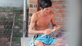 Doświadczony rzemieślnik wyplata sieć dla łowić zbiory