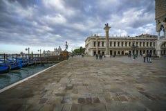 Doży ` s pałac na st ocenach obciosuje w Venice na ciemnym clo obrazy stock