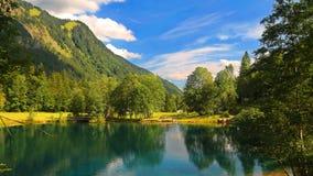 """¼ do ¾ Ð do 'Ð de Ð?Ñ de Ð """"РрÐ?ка и ‹Ñ€Ñ ¾ Д, montanhas e o rio no verão, Fotografia de Stock Royalty Free"""