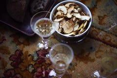 Do almoço de Provencal do estilo vida ainda com champanhe nos vidros na tabela, teste padrão de flor, pão, maçãs, luz do dia Foto de Stock Royalty Free