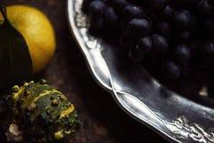 Do almoço de Provencal do estilo vida ainda na tabela de madeira, teste padrão de flor, vegetais sazonais, uvas para vinho, abóbo Fotos de Stock