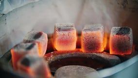 Do aquecimento brasas acima para um cachimbo de água queimadura acima vídeos de arquivo
