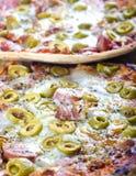 Do artesão das azeitonas pizza duas vezes Imagens de Stock Royalty Free