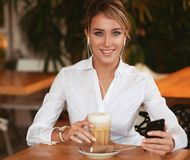 Do blogger da consultação e a conversa Web site alegres do Internet em linha com os amigos em redes sociais no smartphone Imagens de Stock