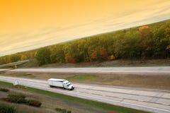 Do branco caminhão semi na maneira elevada Fotos de Stock Royalty Free