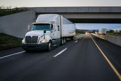 Do branco 18 do veículo com rodas caminhão e passagem superior semi fotografia de stock