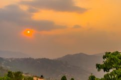 Do céu nebuloso vibrante no dia do alvorecer do crepúsculo Curso, férias, feriado, liberdade, conceito da simplicidade foto de stock royalty free