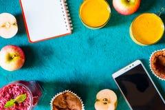 Do café da manhã vida ainda com caderno e móbil na opinião superior do fundo ciano fotos de stock
