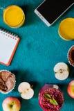 Do café da manhã vida ainda com caderno e móbil no vertical ciano do fundo imagens de stock royalty free
