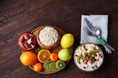 Do café da manhã vida ainda com papa de aveia da farinha de aveia e frutos, vista superior, foco seletivo, profundidade de campo  Imagem de Stock Royalty Free