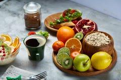 Do café da manhã vida ainda com papa de aveia da farinha de aveia, frutos e copo de café, vista superior, foco seletivo, profundi Imagens de Stock