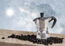 Do café do potenciômetro vida ainda na tabela de madeira com backgroun do céu da manhã Foto de Stock Royalty Free