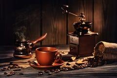 Do café vida ainda com um copo, um moedor de café e umas grões Fotografia de Stock