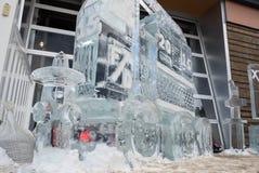 Do carro de bombeiros escultura 2015 de gelo com boca de incêndio de fogo Fotografia de Stock Royalty Free