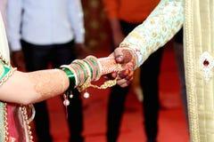 Do casamento dos pares das mãos momentos tradicionais junto Imagens de Stock Royalty Free