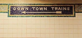 Do centro, para baixo mosaico do trem da cidade no metro de New York Fotos de Stock