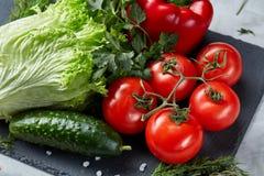 Do close-up vida ainda de legumes frescos sortidos e de ervas no fundo textured branco, vista superior, foco seletivo Imagem de Stock Royalty Free