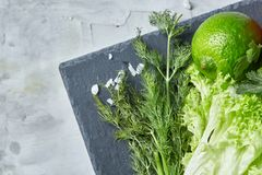 Do close-up vida ainda de legumes frescos sortidos e de ervas no fundo textured branco, vista superior, foco seletivo imagens de stock