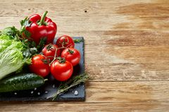 Do close up vida orgânica ainda de legumes frescos sortidos e de ervas no fundo de madeira rústico, topview, foco seletivo Foto de Stock Royalty Free