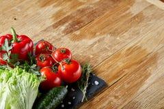 Do close up vida orgânica ainda de legumes frescos sortidos e de ervas no fundo de madeira rústico, topview, foco seletivo Fotografia de Stock