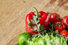 Do close up vida orgânica ainda de legumes frescos sortidos e de ervas no fundo de madeira rústico, topview, foco seletivo Fotos de Stock