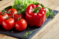 Do close up vida orgânica ainda de legumes frescos sortidos e de ervas no fundo de madeira rústico, topview, foco seletivo Imagens de Stock Royalty Free