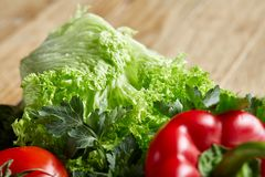 Do close up vida orgânica ainda de legumes frescos sortidos e de ervas no fundo de madeira rústico, topview, foco seletivo Imagem de Stock Royalty Free